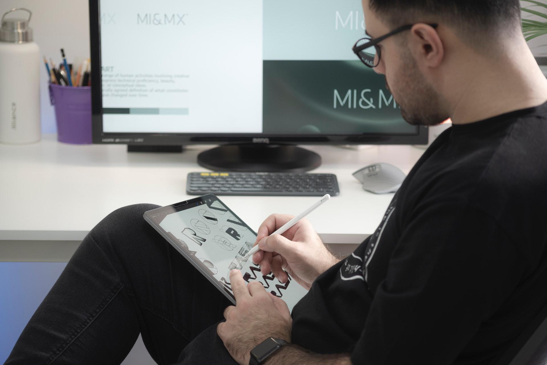 Et billede, der indeholder tekst, person, indendørs, computer Automatisk genereret beskrivelse